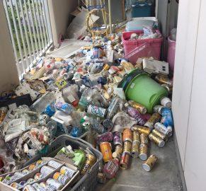 ゴミ屋敷のベランダのゴミ